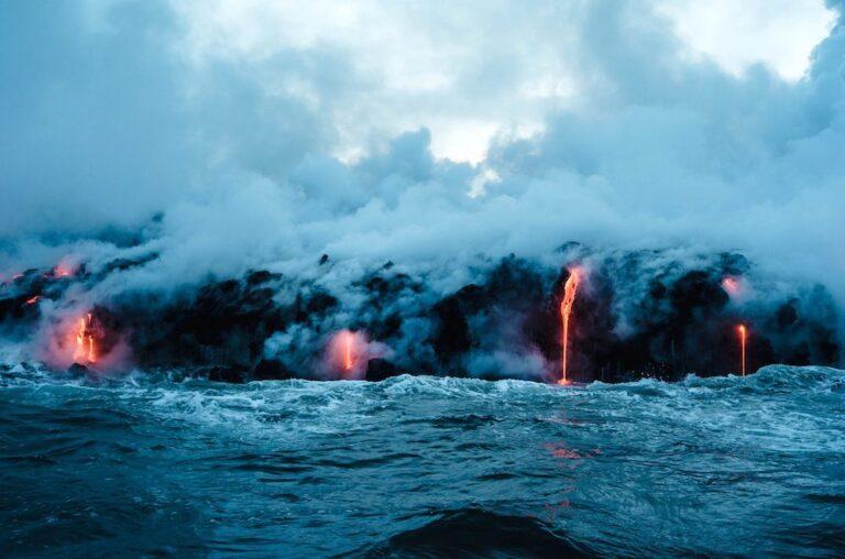 la lava del volcán llega al mar